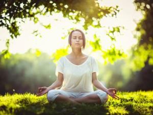 Frau findet Entspannung in der Meditation