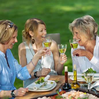 Entspannen im Gespräch mit Freunden - Bild © contrastwerkstatt - Fotolia.com
