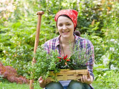 Eine Frau mit Heuschnupfen bei der Gartenarbeit