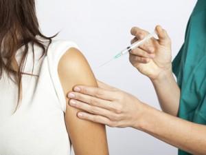 Eine Injektion in den Oberarm zur Hyposensibilisierung