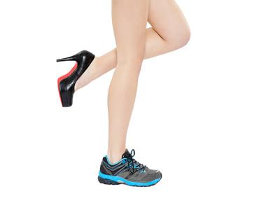 Luftundurchlässige Schuhe begünstigen Nagelpilz.