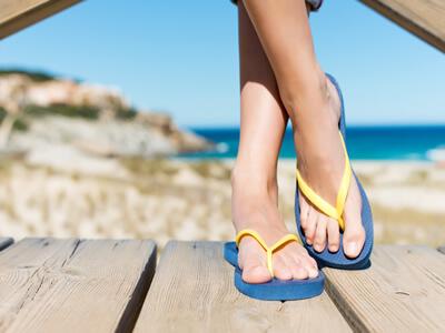 Zeigt her eure Füße: Spätestens zum Sommer hin sollten Sie Nagelpilz bekämpfen.