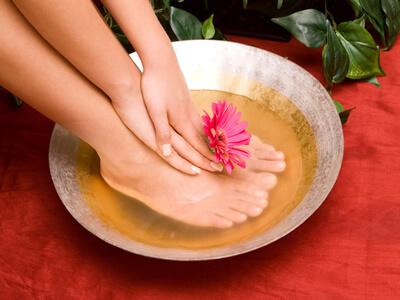Ein Fußbad hält die Füße geschmeidig.