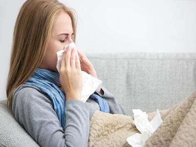 Schnupfen und Niesen: Der Grund könnte eine Hausstauballergie sein.