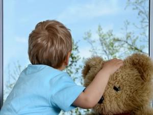 Kinder mit Hausstaub-Allergie sollten in gut gelüfteten Räumen schlafen.